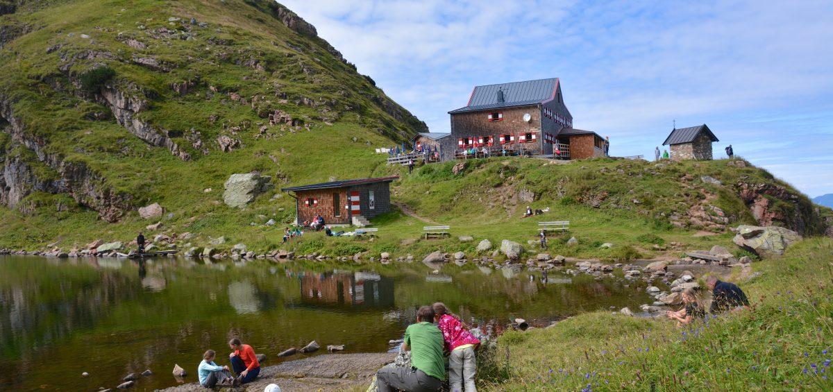 Natur pur: Aufstieg zum schönsten Wildalpsee der Kitzbüheler Alpen. Am Wildseeloder können Familien unterhalb des Gipfelkreuzes übernachten.