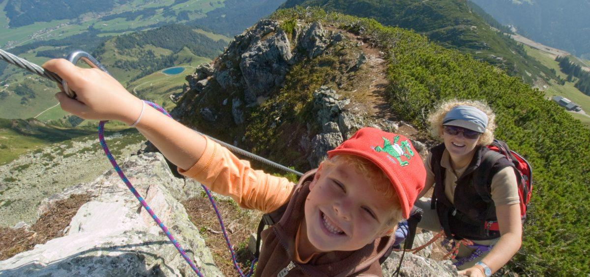 Familien-Wege: Kurz in den Seilen hängen und zu den Dinos klettern