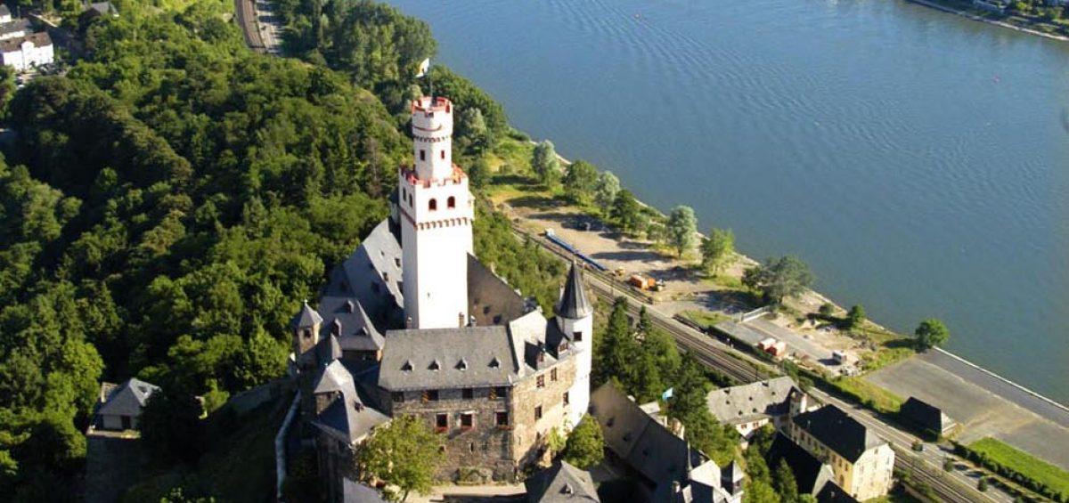 Mit Rucksack und Weisung vom Himmel zu 47 mittelalterlichen Burgen und Bauten