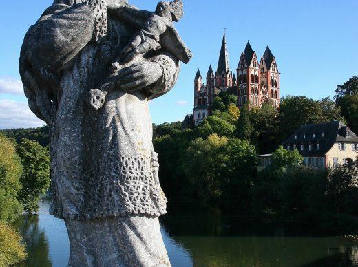 Hoch und heilig – Nepomukstatue auf der Alten Lahnbrücke