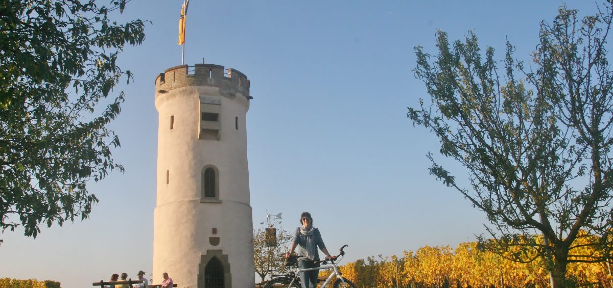 Eine Traumtour führt E-Biker zum Wartturm über dem Roten Hang bei Nierstein.  Foto: ideemedia Foto: ideemedia
