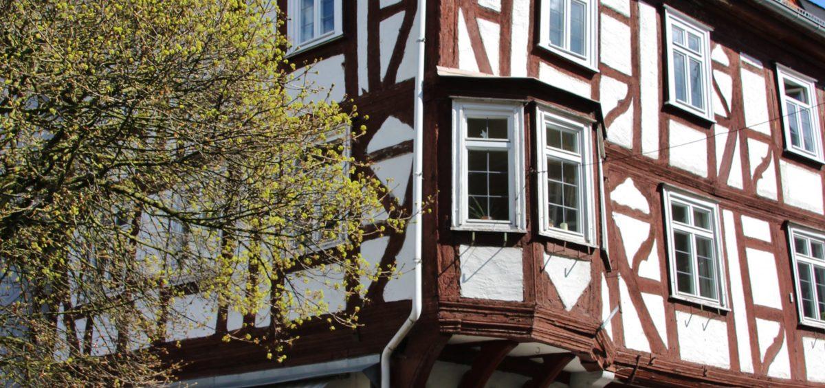 Fachwerk statt Fernreise: Im Westerwald locken romantische Strecken zu einer E-Bike-Tour.